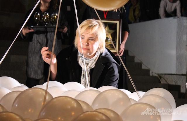 """В Смоленске Догилевой посвятили персональную звезду на """"Алее славы"""". На фото актриса собирается перерезать ленту с воздушными шарами, закрывающими звезду."""