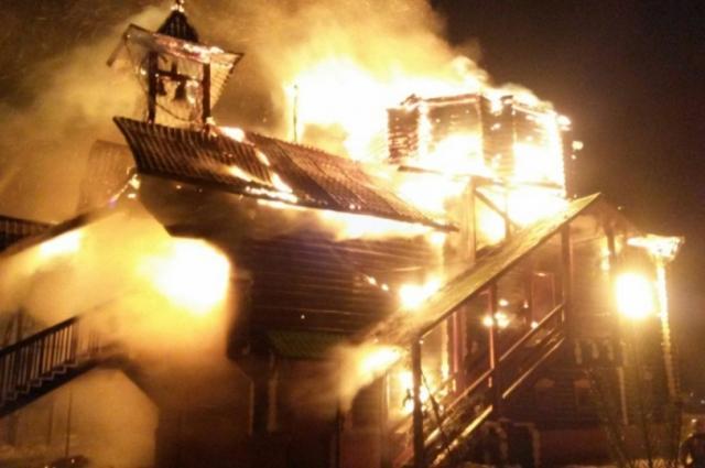 Храм иконы Божьей Матери «Умиление» в Артёмовском сгорел дотла, но, слава Богу, все прихожане успели спастись.