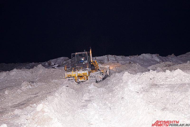 На больших территориях (достигающих нескольких гектар) в круглосуточном режиме работают бульдозеры, разгребающие бескрайние снежные горы.