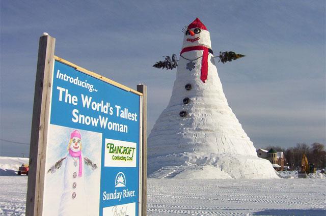Снеговик-рекордсмен. Высота составляет 35 метров. США, штат Мэн. 1999 г