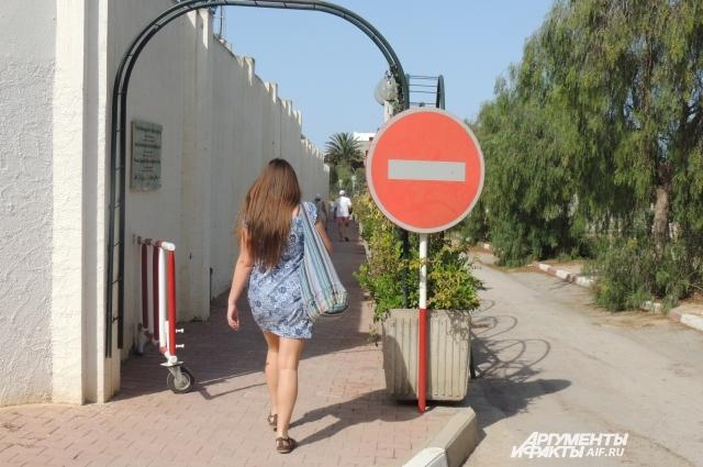 Чтобы попасть на пляж, мы шли вдоль стены соседнего отеля, казавшегося неприступным.