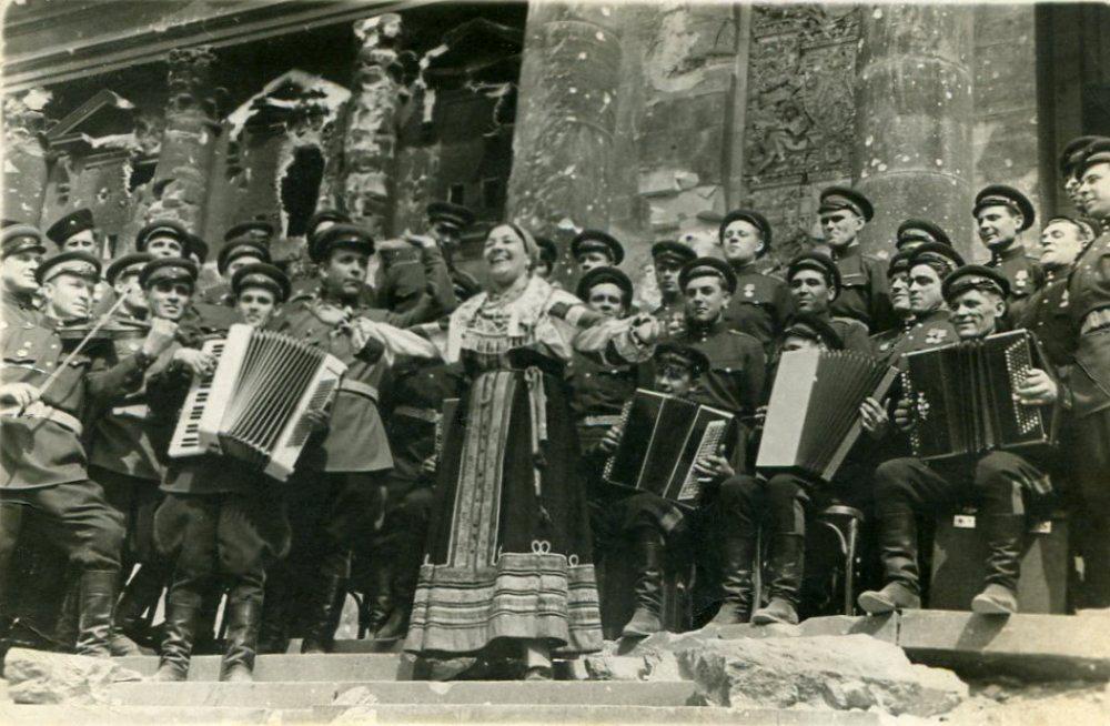 Лидия Русланова у стен Рейхстага, 2 мая 1945 года/