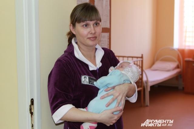 Бесплатно принимают роды у заключённых женщин. На снимке молодая мама в тюрьме Азова.