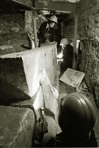 Группа археологов в подземелье Московского Кремля у белокаменных стен. 1976 год
