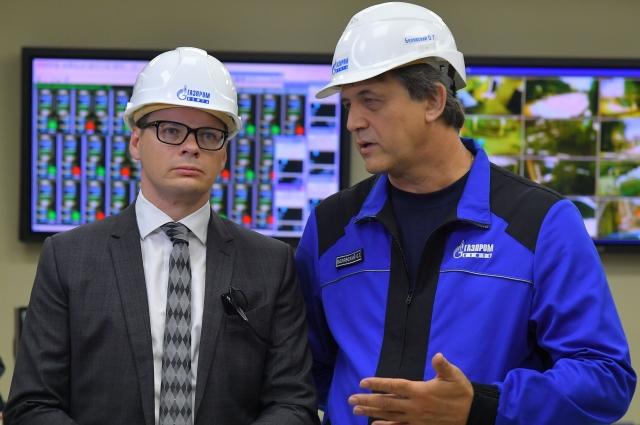Чиновнику рассказывают о мерах экологической безопасности на заводе.