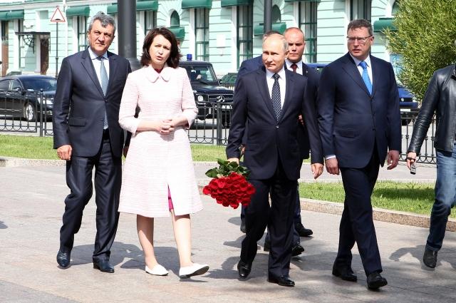 У драмтеатра главу государства встретила мэр Омска Оксана Фадина.