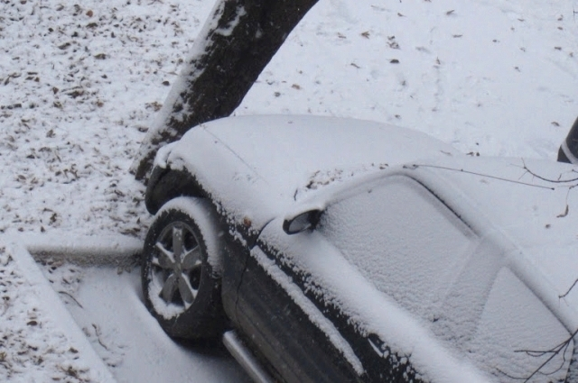 Часто парковки попадают под сход снега с крыши.