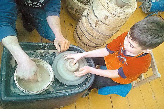 С первого класса ученикам дают уроки гончарного мастерства.
