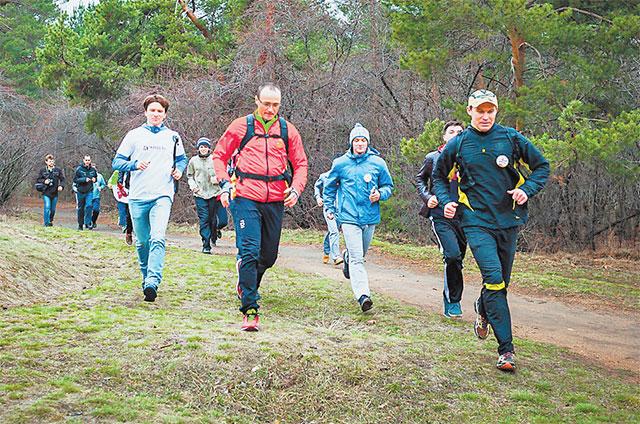 Любители утреннего марафона бегают в парке влюбую погоду.