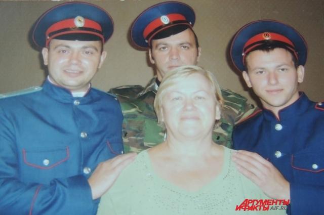 Нина Васильевна с сыновьями. Двоих уже нет в живых.