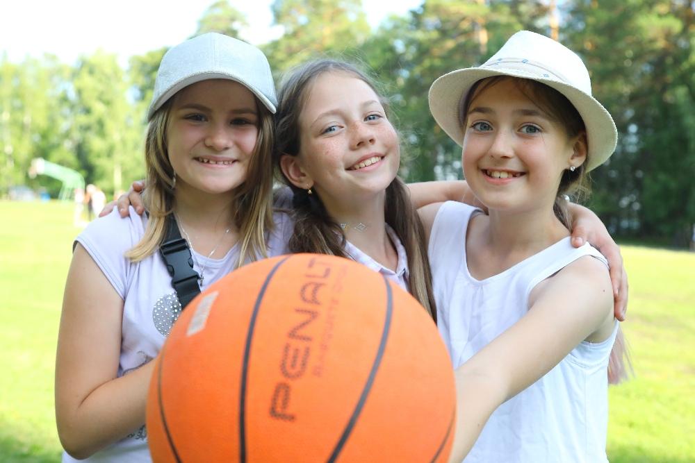Для любителей спорта предусмотрены футбольные, волейбольные и баскетбольные площадки.