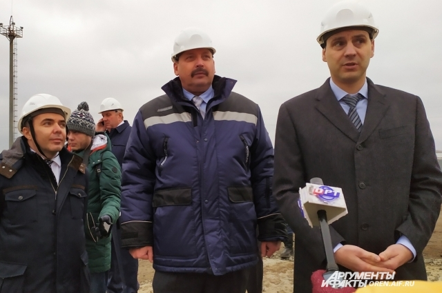 На вопрос Дениса Паслера о том, что, по мнению руководителя предприятия, даёт выбросы газа, Анатолий Мураев (в центре) попытался пояснить, что их площадка не единственная в округе.