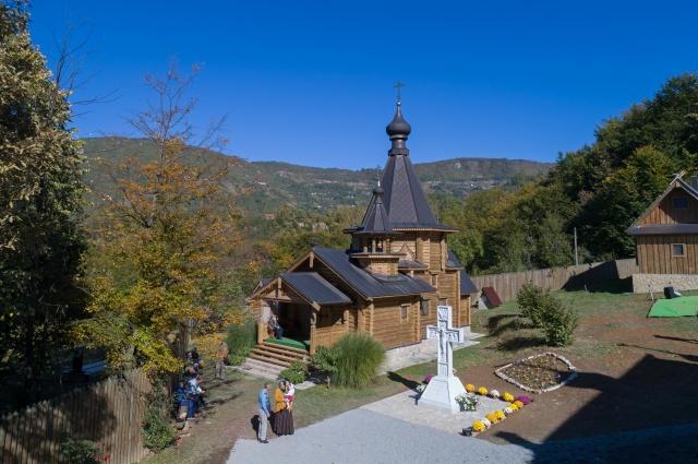 Храм на территории монастыря святых царственных мучеников Романовых (село Бачевцы на Дрине).