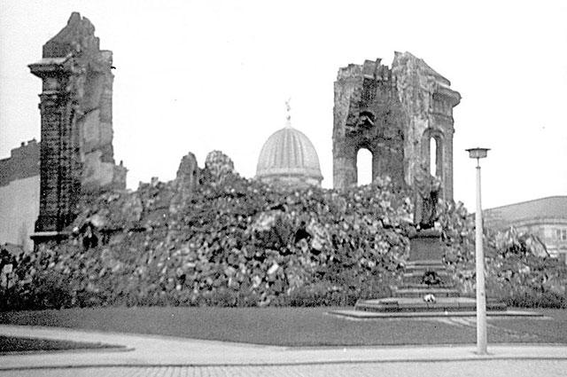 Памятник «Фрауэнкирхе». Автор Рольф ван Мелис, июнь 1970 г.