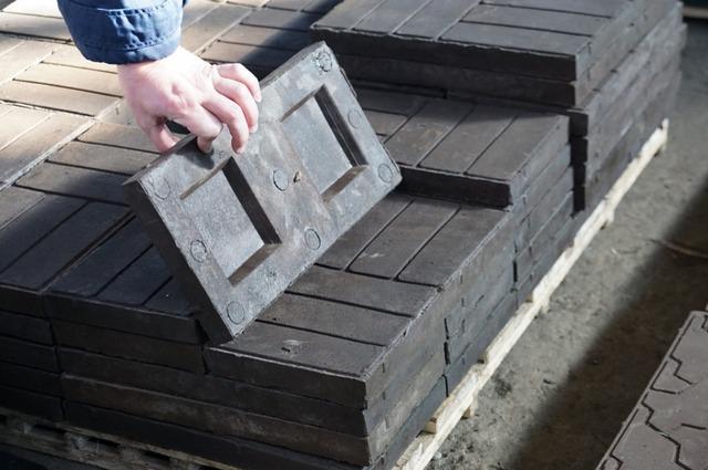 Производство плитки из пластика.