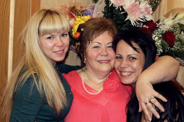 Мама Оля с дочерьми Татьяной (слева) и Ксенией (справа)