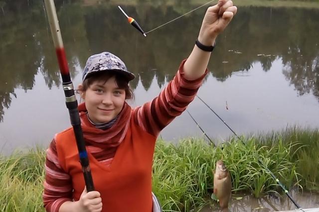 Рыбачка Даша на Лесном озере в селе Каразей Куйтунского района.