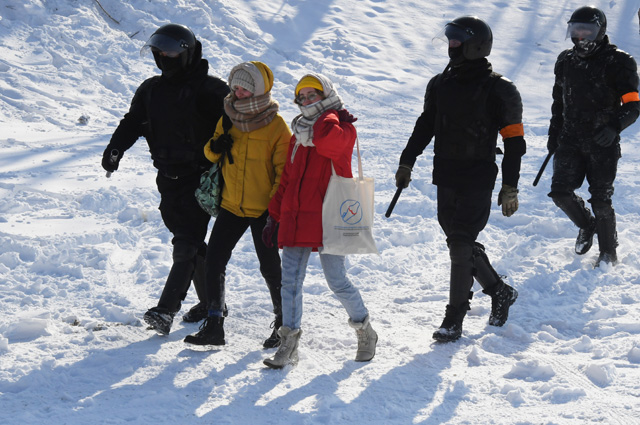 Участницы несанкционированной акции протеста во Владивостоке.