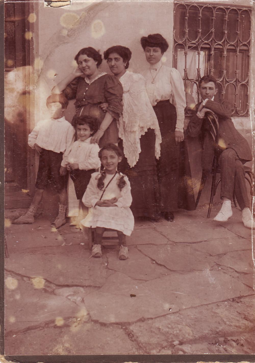 Семья Аладжаловых, фото сделано в Ростове-на-Дону в конце 1911 года.