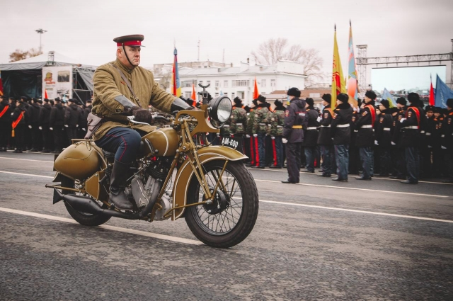 Советский мотоцикл на параде 7 ноября в Самаре.