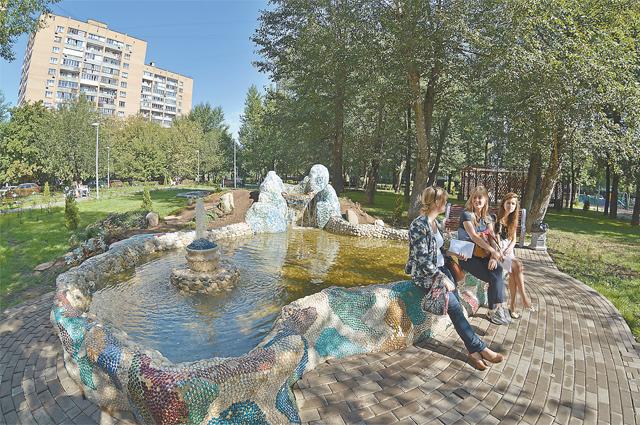 По просьбам москвичей обустраивают не только пешеходные зоны, но и целые парки. Этот появился в Зюзине. И в работе ещё 80 скверов и народных парков