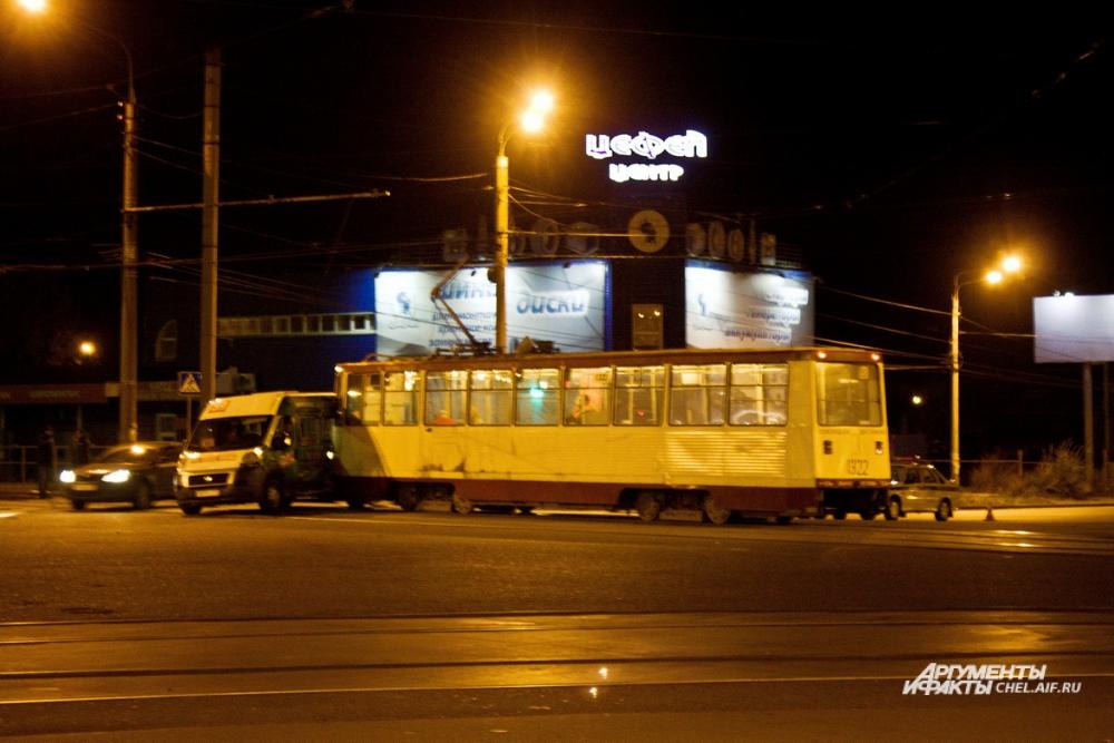 Трамвай и маррутное такси столкнулись на перекрёстке улиц Горького и проспекта Победы