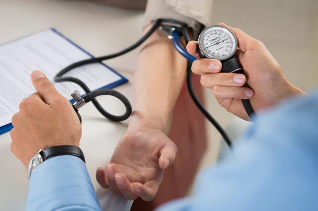Скачки артериального давления - один из симптомов геморрагической лихорадки.