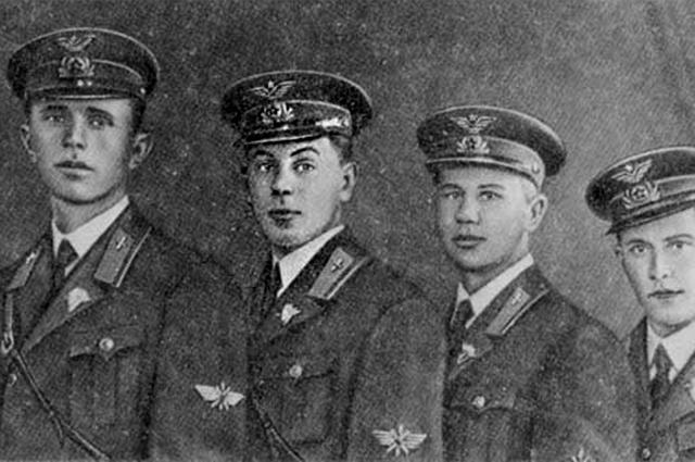 Выпускники Качинской военной авиационной школы (В. И. Сталин - 2-й слева). 1939 год.