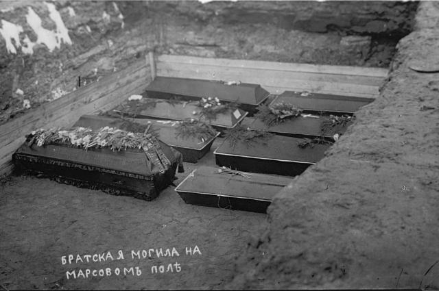 Братская могила на Марсовом поле после февральской революции.