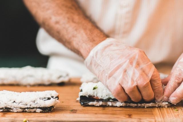 При приготовлении холодных роллов повара использовали дешёвый сыр российского производства.