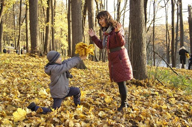 осень, листья, мама и сын, ребенок