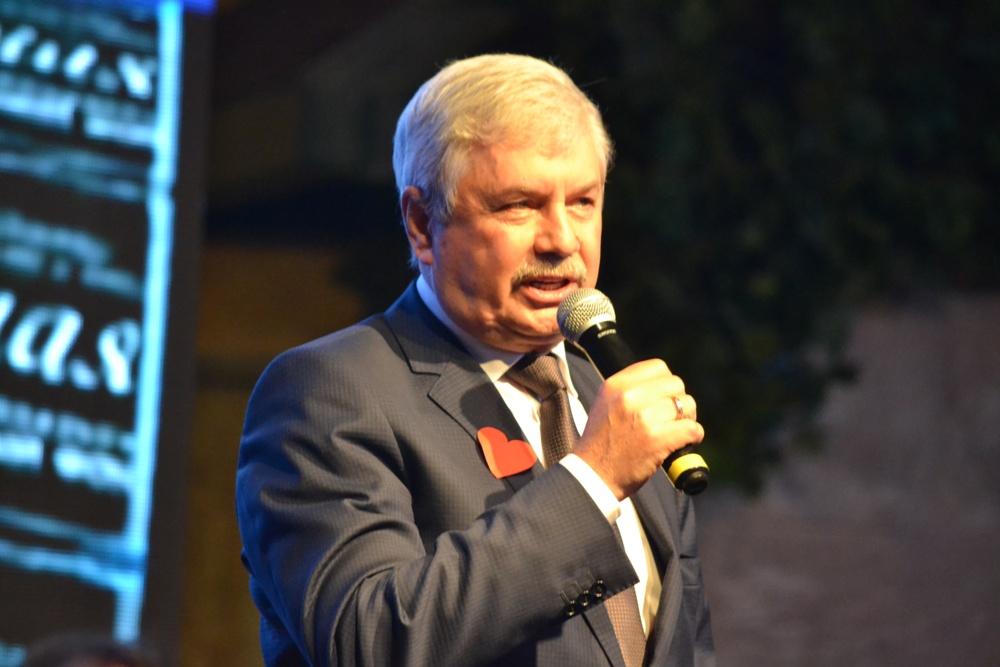 Во время благотворительного вечера известные челябинские политики выступили в качестве певцов, чтецов и фокусников.