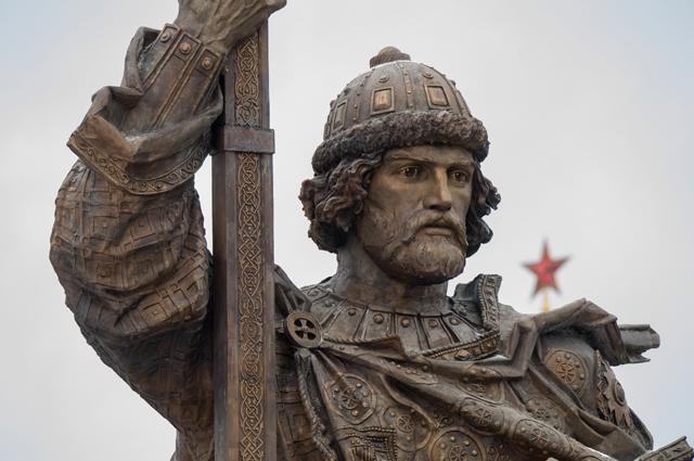 Памятник святому равноапостольному князю Владимиру на Боровицкой площади в Москве.
