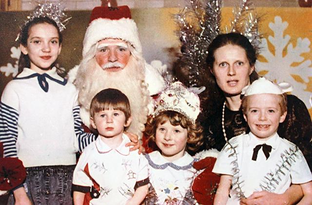 В роли Деда Мороза с родными (супруга Галина, дети Дмитрий, Ксения, Константин, племянница Евгения). 1996 год