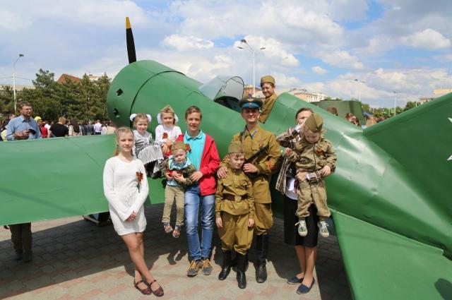 На праздник Победы создатели техники устроили настоящую выставку: выкатили на городскую площадь танк, самолёт, пушку и надели форму военных лет.