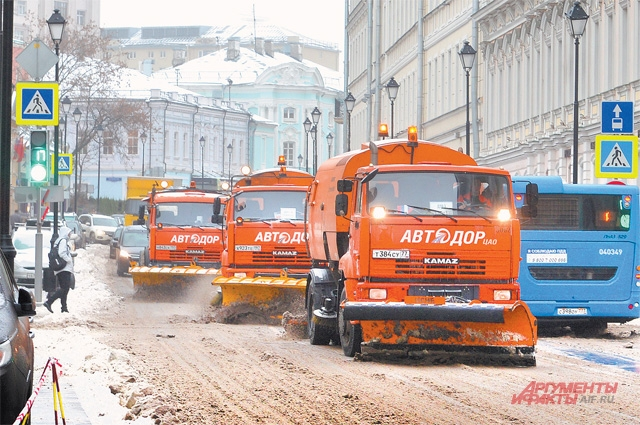 По регламенту прометать дороги нужно три раза, но в Москве (особенно при обильных осадках) спецтехника проходит по каждому маршруту до 6 раз.