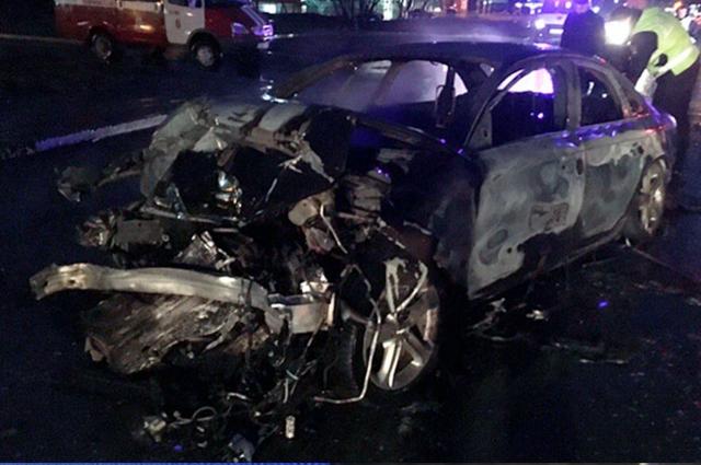 Разбитая машина загорелась. Водителю удалось выбраться, а пассажир остался в салоне автомобиля