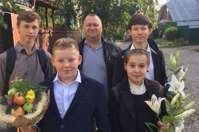 А так большая семья идёт 1 сентября в школу.