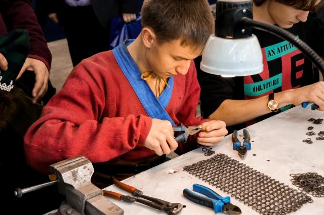 В мастерской ребята учатся вязать кольчуги.