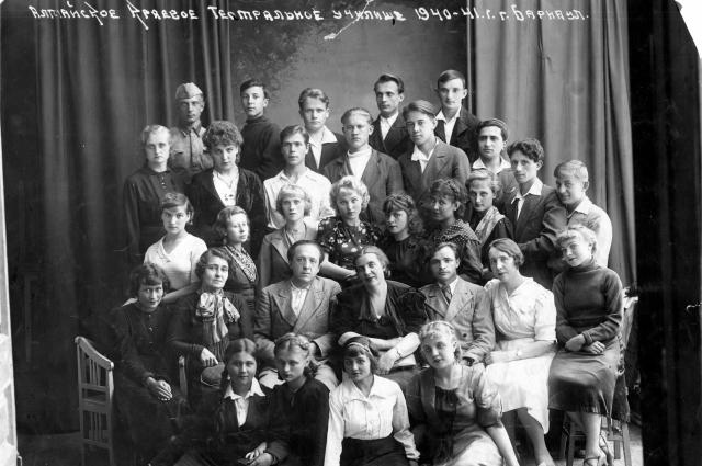 Студенты и преподаватели алтайского театрального училища.