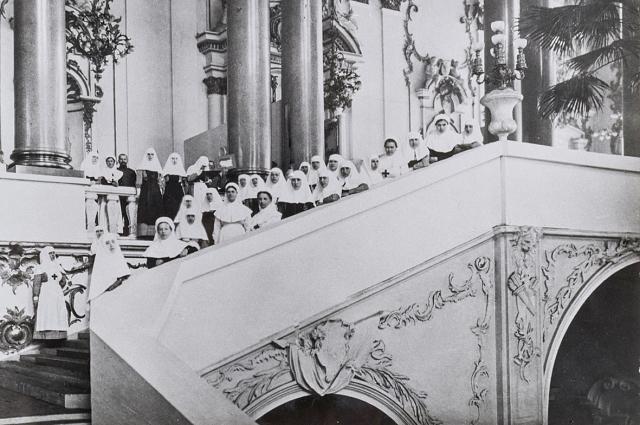 Сестры милосердия Кауфманской общины на Иорданской лестнице Зимнего дворца. Петроград, 1915 год.