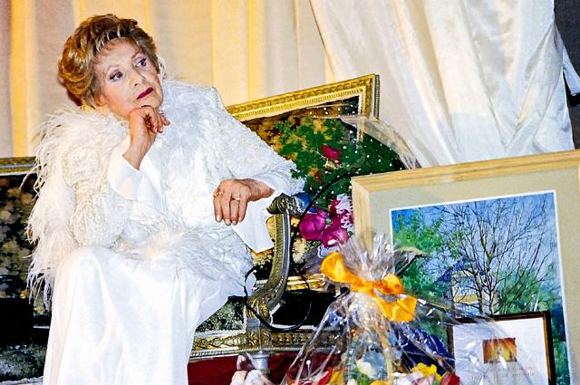Звезда советского и российского кино, народная артистка СССР Лидия Смирнована юбилейном вечере в честь своего 85-летия. 2000 год.