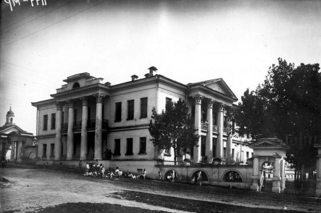 Фото сделано в 1930-е годы, тогда здесь был детский приют имени Красной Армии.