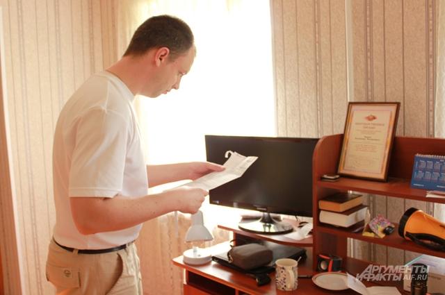 Владимир распечатал квитки на оплату ЖКУ, надеется, что зарплаты хватит