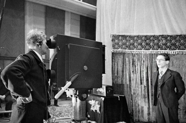 Юрий Левитан во время съемок в студии. Москва 1941 год