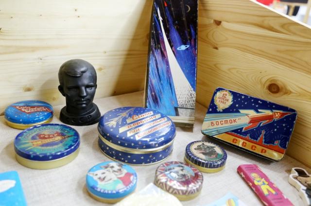 Упаковки шоколада, выпущенного в честь первого полета человека в космос.