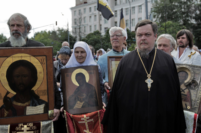 Всеволод Чаплин на митинге в защиту Русской православной церкви на Суворовской площади.