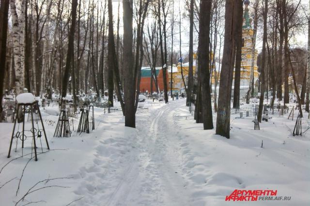 В зимний сезон, по словам мужчины, чаще всего уборка могил ограничивается чисткой снега.