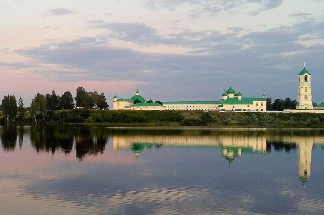 Православный мужской монастырь, известный памятниками архитектуры XVI и XVII веков