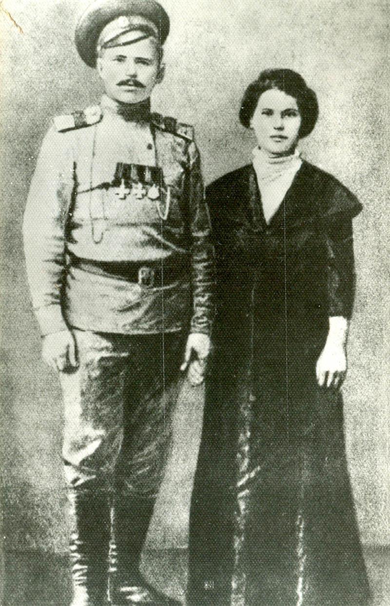 Фельдфебель Чапаев с женой Пелагеей Никаноровной, 1916 год.
